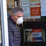 Zakrywanie ust i nosa jest obowiązkowe. Warto wiedzieć jak prawidłowo to robić