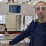 Dwa wydziały Uniwersytetu Warmińsko-Mazurskiego połączyły siły, aby drukować plastikowe przyłbice