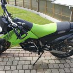 Zniszczył szlaban i ukradł motocykl. Złodzieja zatrzymali jeden z mieszkańców i policjant po służbie
