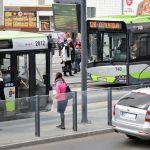 Urzędnicy wywiesili plakaty na przystankach. Czego z nich mogą dowiedzieć się pasażerowie?