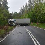 """Odblokowano krajową """"szesnastkę"""". W Dłużkach ciężarówka wjechała do rowu"""