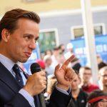Krzysztof Bosak zarzuca największym partiom uległość wobec obcych państw. Kandydat Konfederacji odwiedził Olsztyn