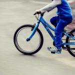 5-latek na rowerku wyjechał na drogę wprost pod samochód