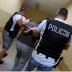 Policja zatrzymała 34-latka poszukiwanego listem gończym. Służby przejęły prawie kilogram narkotyków