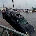 Ten błąd mógł skończyć się tragicznie. Kierowca porsche pomylił biegi i wjechał do jeziora