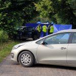 Tragiczny wypadek w powiecie nidzickim. Pijany 19-latek uderzył w drzewo, jedna osoba nie żyje
