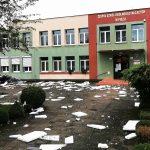 Powalone drzewa, zerwany dach szkoły. Potężna burza przeszła przez Pisz