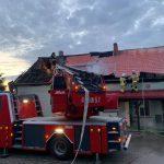Pożar domu jednorodzinnego koło Ełku. Z ogniem walczyło około 30 strażaków