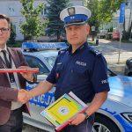 """""""Świeć przykładem – bądź widoczny"""". Biało-czerwone odblaski to wspólna akcja policji i olsztyńskiego oddziału IPN"""