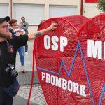 Czerwone serce na rynku we Fromborku. To pomysł strażaków ochotników zakręconych na punkcie pomagania