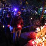 Protest w obronie praw kobiet. Grupa mieszkańców Olsztyna paliła znicze pod siedzibą PiS