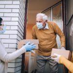 Seniorzy w czasie pandemii nie zostaną bez pomocy. Wolontariusze mogą się zgłaszać za pomocą specjalnej infolinii