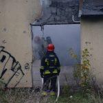 Pożar pustostanu w Piszu. Jedna osoba nie żyje, druga jest poparzona