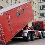 Kontenery zastąpią namioty przed szpitalem w Braniewie. Są przewożone z przejścia granicznego Gronowie