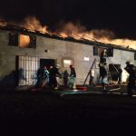 Pożar w gospodarstwie rolnym. Strażak został zaatakowany