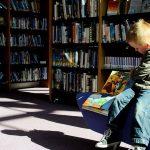 Bajki na telefon zamiast kontaktu z małymi czytelnikami. Bibliotekarki w Elblągu mają pomysł na pandemię
