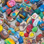 Kolorowe kamyki ozdobią promenadę w Ełku. Do akcji przyłączyli się mieszkańcy Hiszpanii i Nairobi
