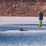 Wchodzenie na jeziora w czasie odwilży jest śmiertelnie niebezpieczne. Co zrobić jeśli lód załamie się pod nami?