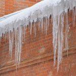 Uwaga na spadające z dachów śnieg i lód. Kto powinien to usunąć?