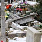Połamane krzyże, zniszczone nagrobki. Wandale zdewastowali groby dzieci na olsztyńskim cmentarzu!
