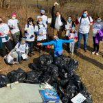 Ponad 60 worków śmieci w Lesie Miejskim w Olsztynie. Wolontariusze uprzątnęli m.in. spalone meble, gruz i złom
