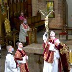 Wielki Piątek. Oglądaj transmisję wideo Liturgii Męki Pańskiej z konkatedry św. Jakuba w Olsztynie
