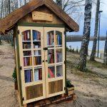 Sposób na zimną majówkę – dobra książka. Książkochatki zachęcają do korzystania ze zbiorów