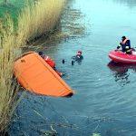 Samochód dostawczy wpadł do rzeki Tyny koło Elbląga. Zobacz zdjęcia