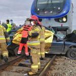 Tragedia na przejeździe kolejowym. Zginęły trzy osoby, nastolatek jest poważnie ranny