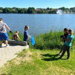Zabawa przez edukację. Uczniowie z kilkunastu szkół posprzątali jeziora i stanęli do konkursu