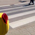 Motocyklista potrącił pieszych przechodzących na czerwonym świetle. Stan jednego jest ciężki