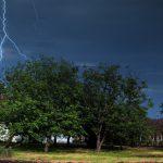 Burze i porywisty wiatr nad regionem. Służby ostrzegają przed podtopieniami