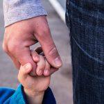 Porady psychologa: Jak rozmawiać z dzieckiem o trudnej sytuacji finansowej?