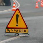 Groźny wypadek w Chełmżycy. Samochód uderzył w drzewo