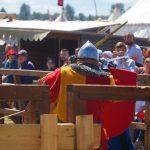 Na Polach Grunwaldzkich trwają ostatnie przygotowania do sobotniej inscenizacji polsko-krzyżackiej bitwy z 1410 roku